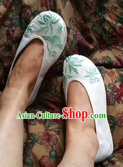 Asian Chinese Shoes Wedding Shoes Kung fu Shoes, Traditional China Opera Shoes Hanfu Shoes Embroidered Lotus White Shoes