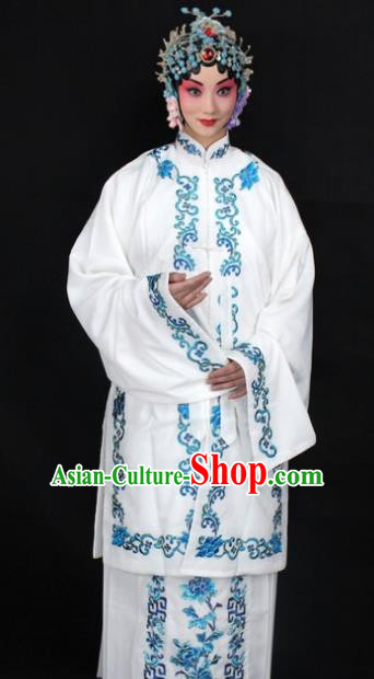 Traditional China Beijing Opera Young Lady Hua Tan Costume White Embroidered Shawl, Ancient Chinese Peking Opera Female Diva Embroidery Dress Clothing