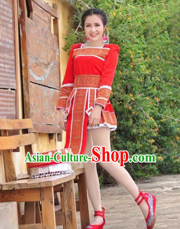 Traditional Chinese Miao Nationality Wedding Bride Costume Red Pleated Skirt, Hmong Folk Dance Ethnic Chinese Minority Nationality Embroidery Clothing for Women